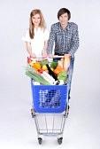 28017542-supermarket-coppia-felice-con-un-carrello-della-spesa-isolato-su-sfondo-bianco